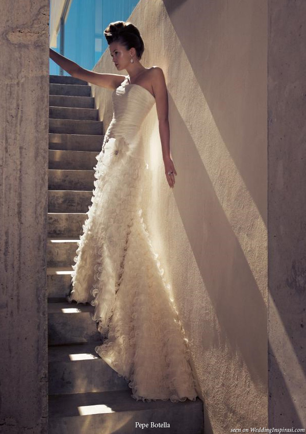 Mediterraneo photo shoot showing a wedding dress by Spain based bridal house Pepe Botella Novias