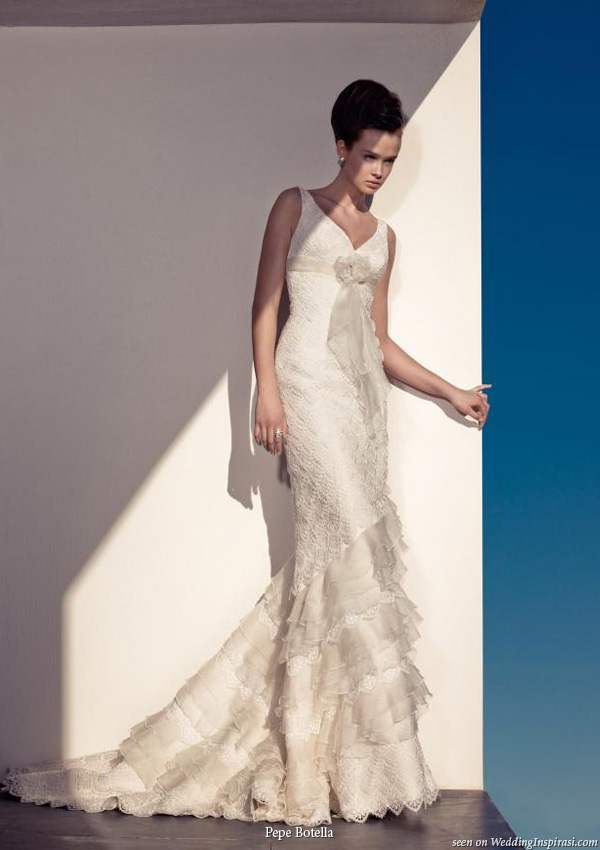 Beautiful V-neck wedding dress from pepe botella novias bridal house