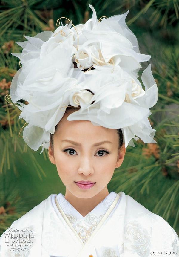 Traditional Japanese wedding kimono: white uchikake kimono from Scena D'uno