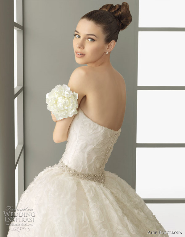 aire barcelona bridal - polis -Embroidered organza dress with beadwork, in natural.
