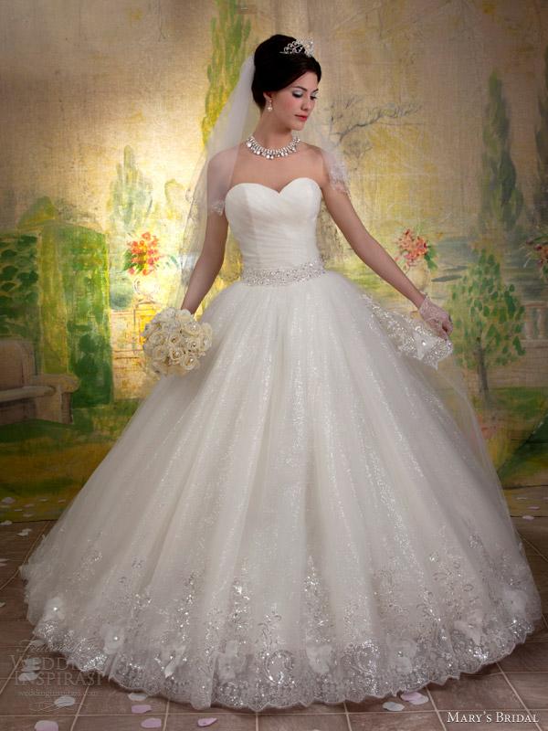 فقية تقدم اروع الفساتيننيكولا جبران تقدم لك تشكيلة من الفساتين