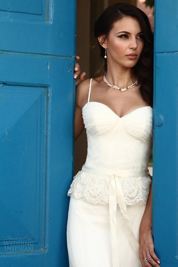 vestido de noiva galia Lahav 2.014 reais noivas ensaio fotográfico contra porta azul