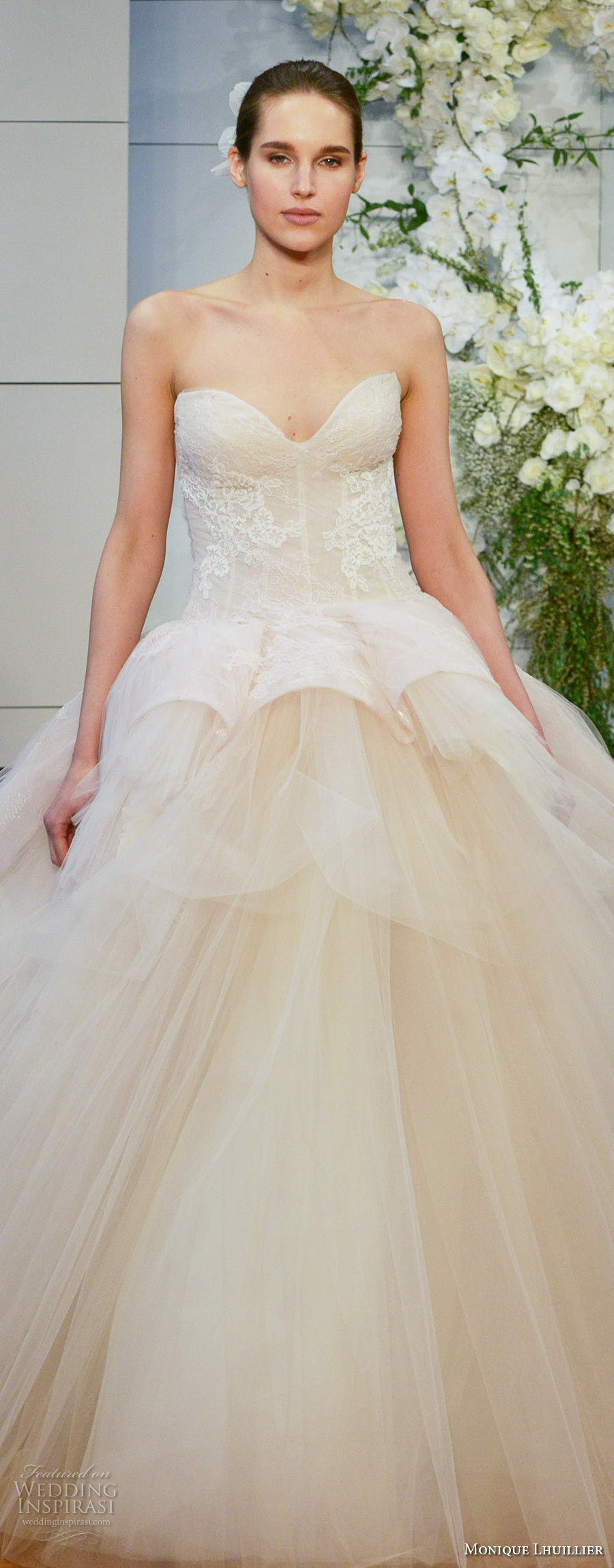 monique lhuillier spring 2018 bridal strapless sweetheart neckline lightly embellished bodice tulle skirt champagne color ball gown wedding dress chapel train (fleur) zv