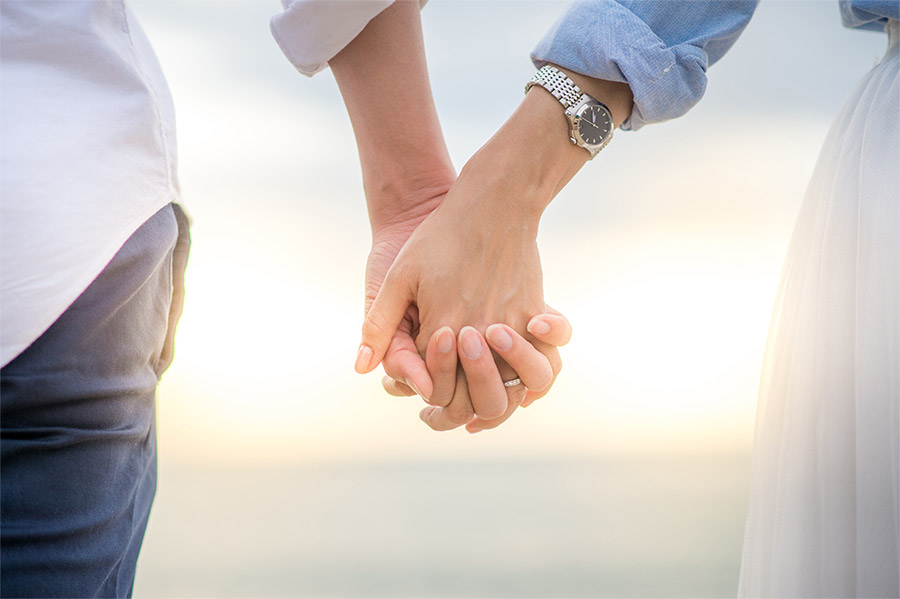 simon g jewelry 2018 committed to love married couple holding hands sunset